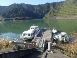 宮ケ瀬ダムエリアの桟橋と遊覧船