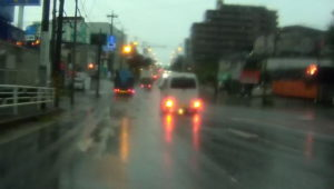 台風散乱物:アップダウンのある道路水没