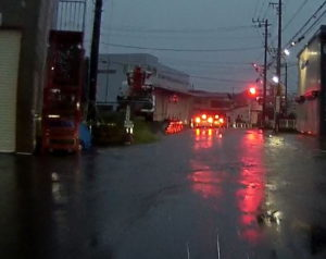 台風散乱物:水没道路