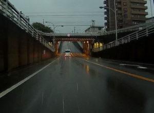 台風散乱物:ガード下、アンダーパス