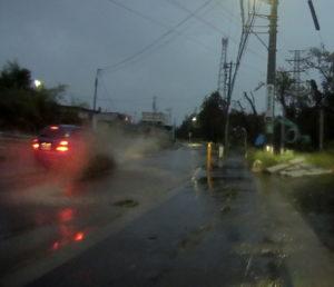 台風散乱物:長い水没道路