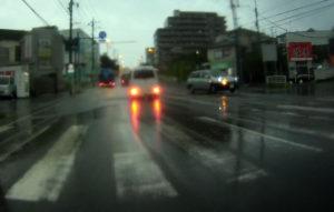 台風散乱物:アップダウンのある道路水没2