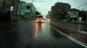 台風散乱物:アップダウンのある道路水没3
