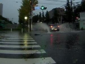 台風散乱物:水没した交差点